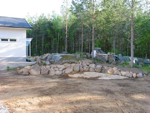 Isoja kiviä pihalle